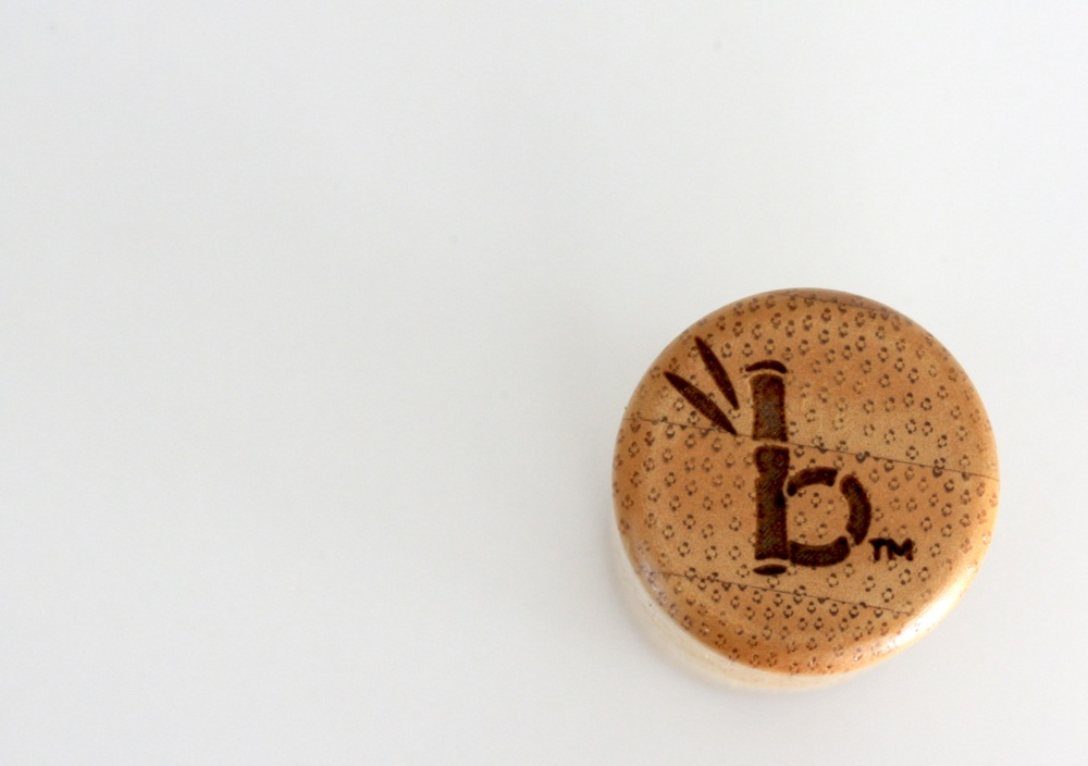 The cap features the brand icon: a bamboo-like 'b'